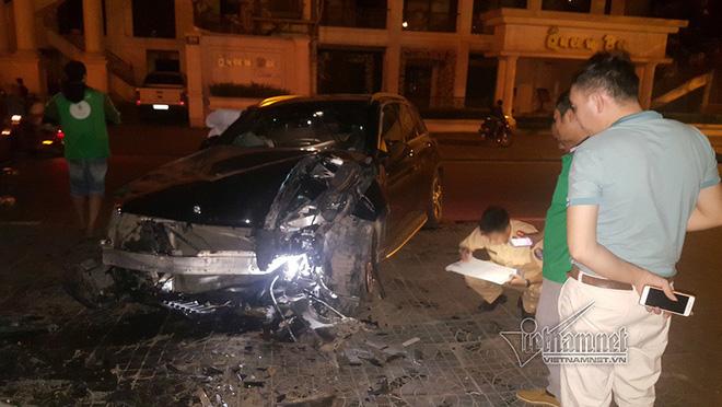 Xe Mercedes nát đầu khi đâm vào chân cầu vượt Láng Hạ lúc nửa đêm - Ảnh 3.