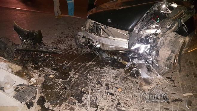 Xe Mercedes nát đầu khi đâm vào chân cầu vượt Láng Hạ lúc nửa đêm - Ảnh 4.