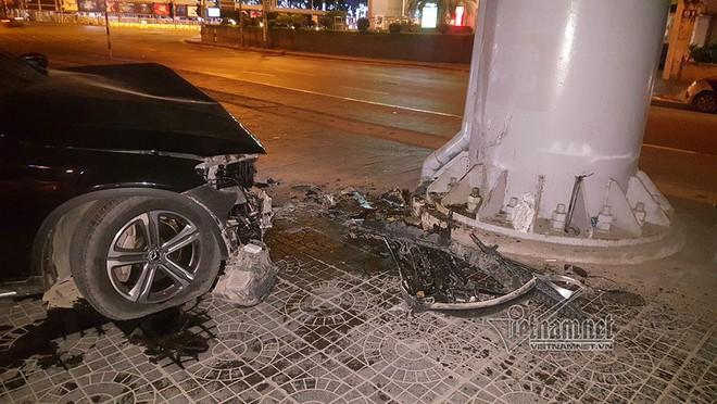 Xe Mercedes nát đầu khi đâm vào chân cầu vượt Láng Hạ lúc nửa đêm - Ảnh 5.