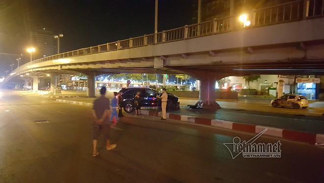 Xe Mercedes nát đầu khi đâm vào chân cầu vượt Láng Hạ lúc nửa đêm - Ảnh 6.