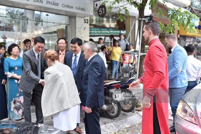 MC Phương Mai diện Áo dài đỏ, rạng rỡ trong lễ ăn hỏi với ông xã người Ba Lan - Ảnh 8.