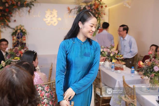 Chồng sắp cưới xúc động, dành nụ hôn tình cảm cho MC Phí Linh trong đám hỏi - Ảnh 8.