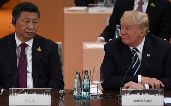 """""""Lưỡi dao treo cao"""" của TT Trump và thế lưỡng nan của ông Tập: Chuyện không đơn giản ở việc gặp hay không gặp"""