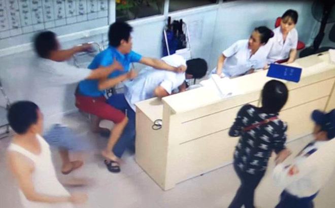 Nam thanh niên tát, đá ngã 2 nữ điều dưỡng khi đưa bạn đi cấp cứu