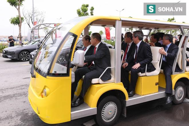 Chủ tịch Vingroup Phạm Nhật Vượng cầm lái LUX SA2.0, chở Thủ tướng Nguyễn Xuân Phúc trong khuôn viên VinFast - Ảnh 1.