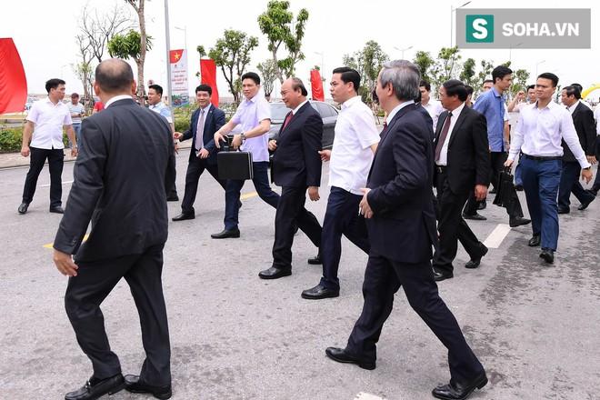 Chủ tịch Vingroup Phạm Nhật Vượng cầm lái LUX SA2.0, chở Thủ tướng Nguyễn Xuân Phúc trong khuôn viên VinFast - Ảnh 3.