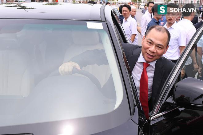 Chủ tịch Vingroup Phạm Nhật Vượng cầm lái LUX SA2.0, chở Thủ tướng Nguyễn Xuân Phúc trong khuôn viên VinFast - Ảnh 5.