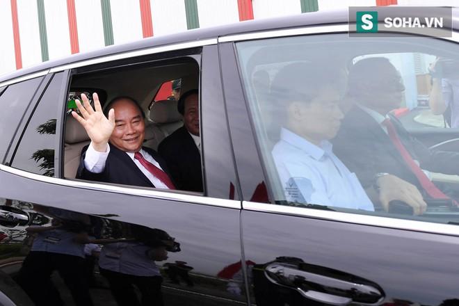 Chủ tịch Vingroup Phạm Nhật Vượng cầm lái LUX SA2.0, chở Thủ tướng Nguyễn Xuân Phúc trong khuôn viên VinFast - Ảnh 6.