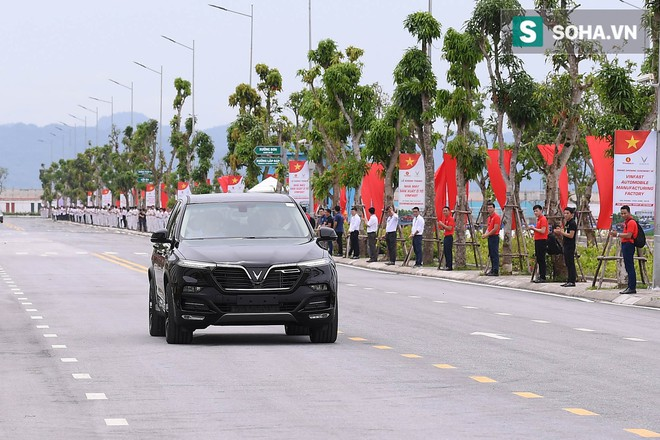 Chủ tịch Vingroup Phạm Nhật Vượng cầm lái LUX SA2.0, chở Thủ tướng Nguyễn Xuân Phúc trong khuôn viên VinFast - Ảnh 7.
