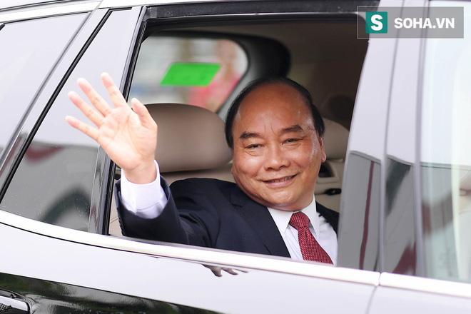 Chủ tịch Vingroup Phạm Nhật Vượng cầm lái LUX SA2.0, chở Thủ tướng Nguyễn Xuân Phúc trong khuôn viên VinFast - Ảnh 8.