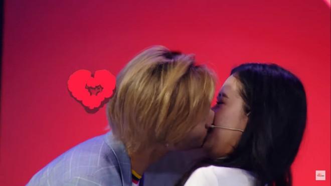 Khán giả sốc trước màn hôn đủ 3 bộ phận của nam ca sĩ Việt với bạn gái lớn tuổi hơn trên truyền hình - Ảnh 7.
