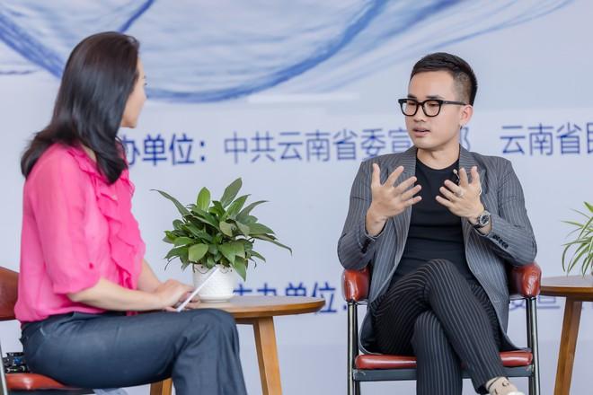 Hồng Quế tất bật giúp NTK Hà Duy ở hậu trường show thời trang tại Trung Quốc - Ảnh 2.