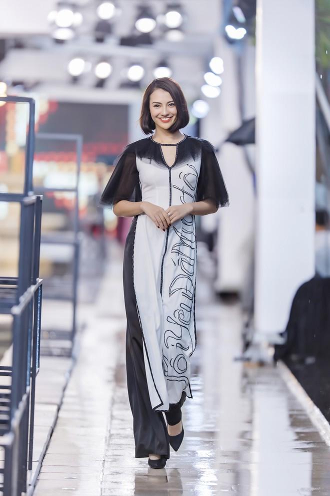 Hồng Quế tất bật giúp NTK Hà Duy ở hậu trường show thời trang tại Trung Quốc - Ảnh 4.