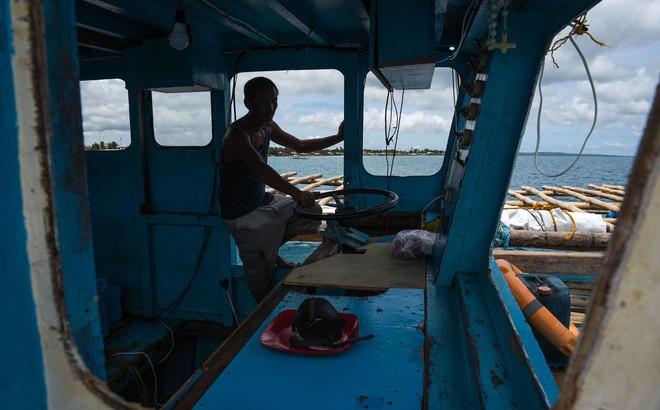 """Đuôi tàu vỡ nát, đồ đạc bị nước biển cuốn sạch: Thuyền trưởng tàu Philippines vẫn """"bất chấp tàu TQ"""""""