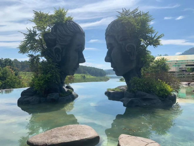 Tranh nhau vị trí chụp ảnh ở Đà Lạt, 2 phụ nữ lao vào ẩu đả ngay giữa hồ nước - Ảnh 2.