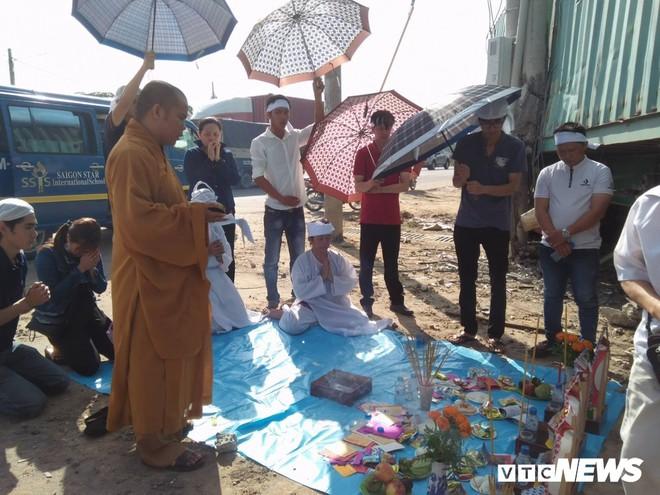 Xe container tông chết 5 người ở Tây Ninh: Xót xa 4 quan tài cạnh nhau sau chuyến xe định mệnh - Ảnh 4.