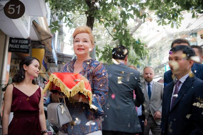Toàn cảnh lễ đón dâu tại nhà phố cổ của siêu mẫu Phương Mai: Chú rể xuất hiện cùng đoàn xe sang, cô dâu òa khóc ôm chặt mẹ ruột  - Ảnh 4.