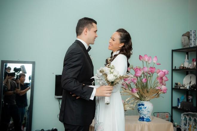 Toàn cảnh lễ đón dâu tại nhà phố cổ của siêu mẫu Phương Mai: Chú rể xuất hiện cùng đoàn xe sang, cô dâu òa khóc ôm chặt mẹ ruột  - Ảnh 5.