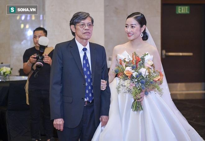 Nhìn thấy vợ khóc, chồng MC Phí Linh có hành động không thể ngọt ngào hơn trong đám cưới - Ảnh 5.