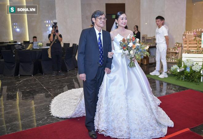 Nhìn thấy vợ khóc, chồng MC Phí Linh có hành động không thể ngọt ngào hơn trong đám cưới - Ảnh 6.