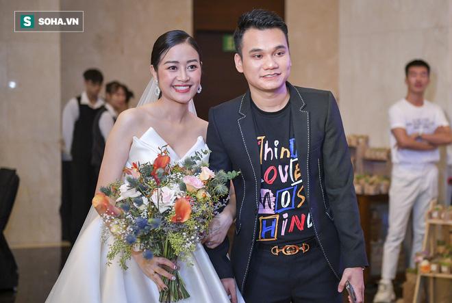 Nhìn thấy vợ khóc, chồng MC Phí Linh có hành động không thể ngọt ngào hơn trong đám cưới - Ảnh 1.