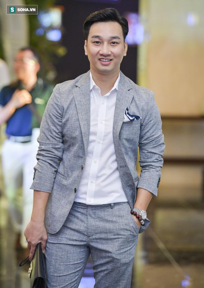Nhìn thấy vợ khóc, chồng MC Phí Linh có hành động không thể ngọt ngào hơn trong đám cưới - Ảnh 4.