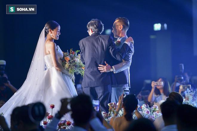 Nhìn thấy vợ khóc, chồng MC Phí Linh có hành động không thể ngọt ngào hơn trong đám cưới - Ảnh 7.