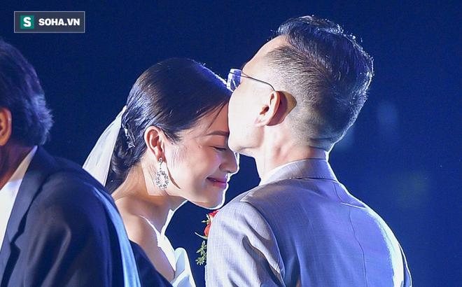 """Nhìn thấy vợ khóc, chồng MC Phí Linh có hành động """"không thể ngọt ngào hơn"""" trong đám cưới"""