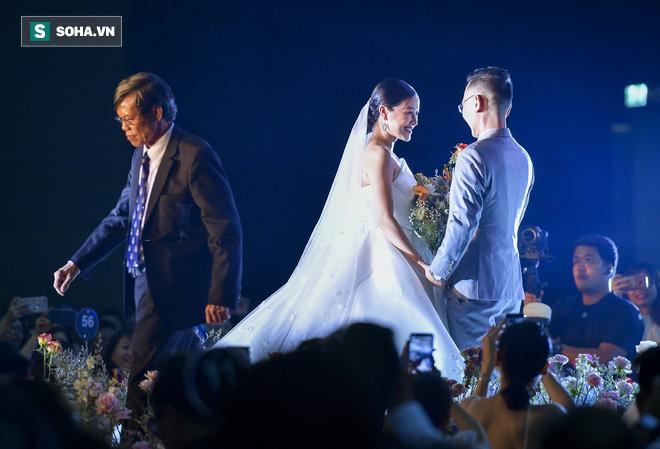 Nhìn thấy vợ khóc, chồng MC Phí Linh có hành động không thể ngọt ngào hơn trong đám cưới - Ảnh 9.