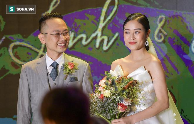 Nhìn thấy vợ khóc, chồng MC Phí Linh có hành động không thể ngọt ngào hơn trong đám cưới - Ảnh 10.