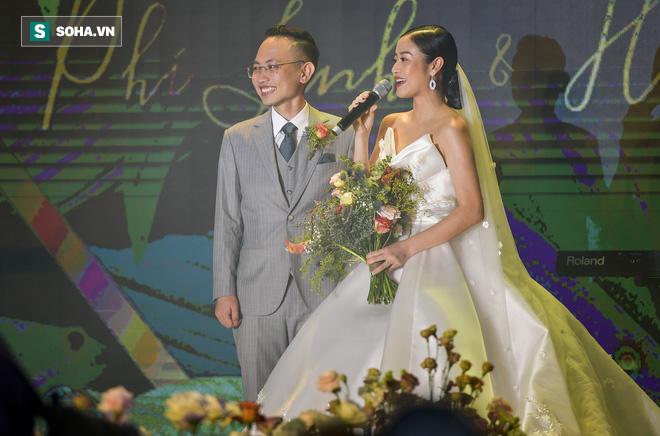 Nhìn thấy vợ khóc, chồng MC Phí Linh có hành động không thể ngọt ngào hơn trong đám cưới - Ảnh 11.