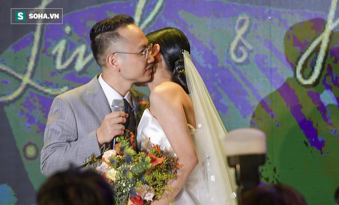 Nhìn thấy vợ khóc, chồng MC Phí Linh có hành động không thể ngọt ngào hơn trong đám cưới - Ảnh 13.