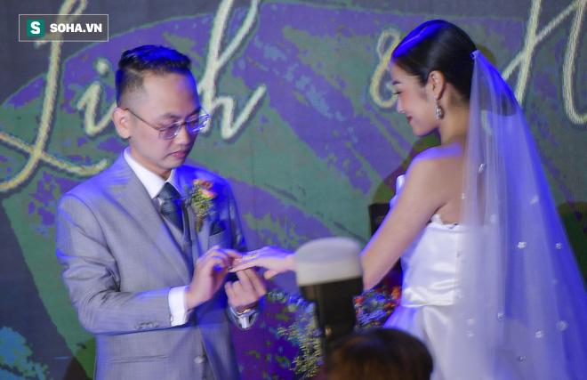 Nhìn thấy vợ khóc, chồng MC Phí Linh có hành động không thể ngọt ngào hơn trong đám cưới - Ảnh 12.