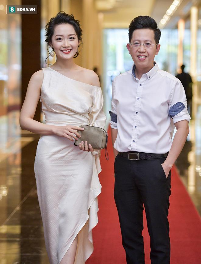 Nhìn thấy vợ khóc, chồng MC Phí Linh có hành động không thể ngọt ngào hơn trong đám cưới - Ảnh 3.