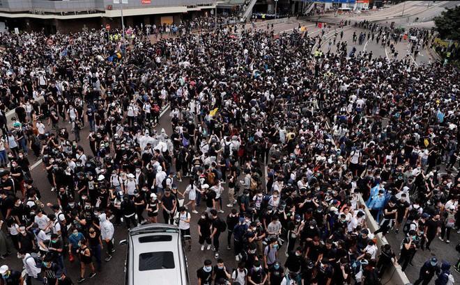 """Chính quyền Hong Kong """"hối hận sâu sắc"""" hoãn thảo luận dự luật vô thời hạn, Bắc Kinh nói gì?"""