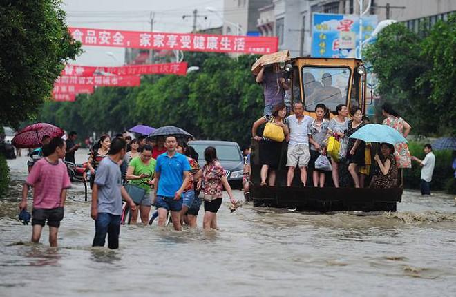 Khoảnh khắc thiên nhiên phẫn nộ: Lở đất nhấn chìm cả một quãng phố ở Trung Quốc - Ảnh 2.