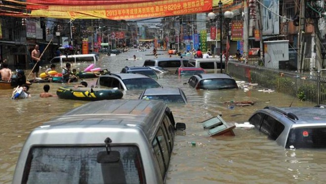 Khoảnh khắc thiên nhiên phẫn nộ: Lở đất nhấn chìm cả một quãng phố ở Trung Quốc - Ảnh 4.