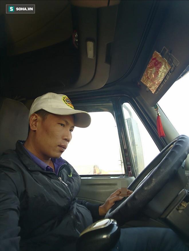 Tài xế container phanh gấp tránh xe máy khiến chiến sĩ CSGT đi nhờ bức xúc, nhảy xuống: Chị muốn giết người phải không? - Ảnh 2.