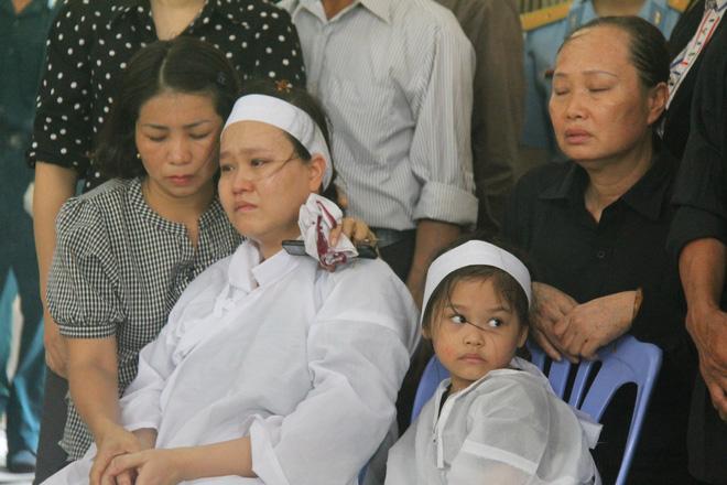 Nghẹn ngào lễ viếng 2 phi công hy sinh trong tai nạn rơi máy bay ở Khánh Hòa - Ảnh 1.
