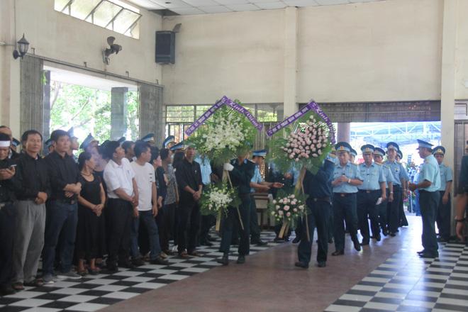Nghẹn ngào lễ viếng 2 phi công hy sinh trong tai nạn rơi máy bay ở Khánh Hòa - Ảnh 3.