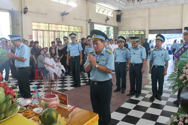 Nghẹn ngào lễ viếng 2 phi công hy sinh trong tai nạn rơi máy bay ở Khánh Hòa - Ảnh 4.