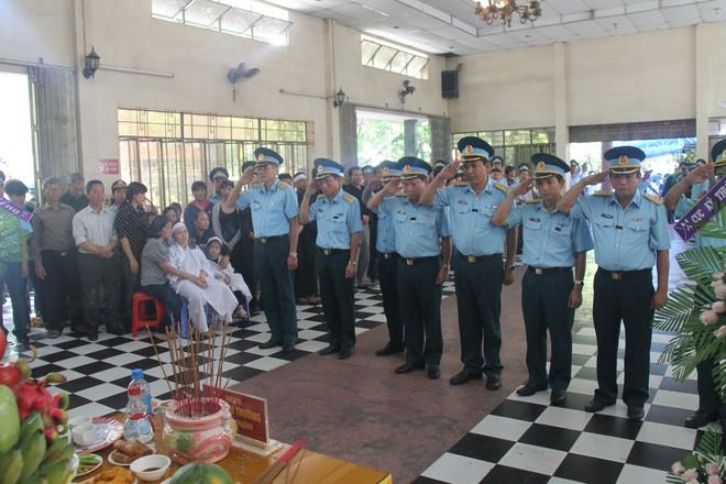 Nghẹn ngào lễ viếng 2 phi công hy sinh trong tai nạn rơi máy bay ở Khánh Hòa - Ảnh 5.