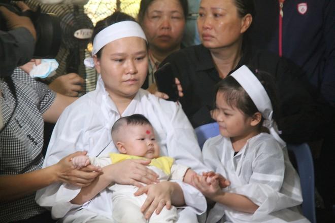 Nghẹn ngào lễ viếng 2 phi công hy sinh trong tai nạn rơi máy bay ở Khánh Hòa - Ảnh 7.
