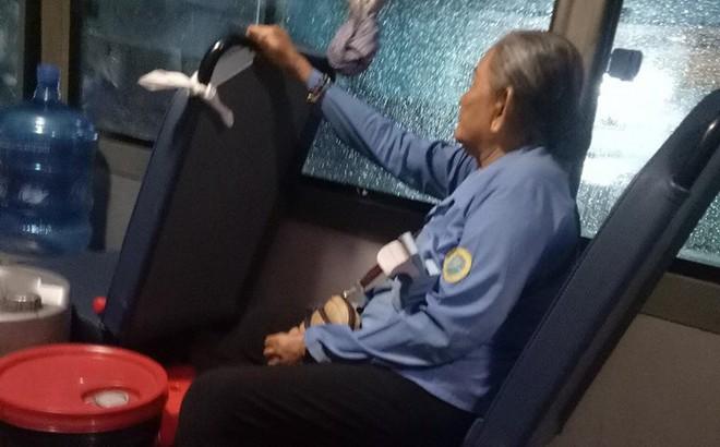 """Bà cụ ôm bao ve chai dầm mưa lạnh và câu nói """"nóng giận"""" của cô phụ xe khiến ai cũng ngỡ ngàng"""