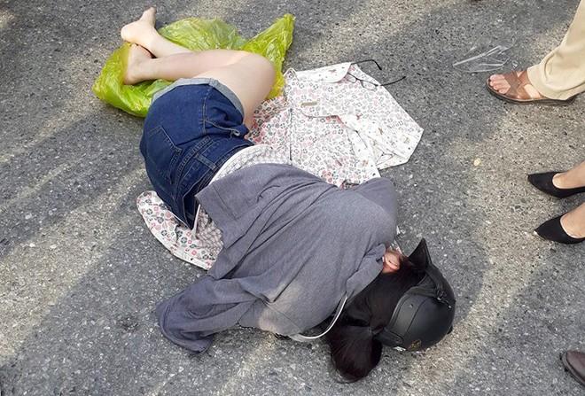 Mazda CX5 tông gãy đôi xe máy Liberty trên phố Hà Nội, 2 cô gái bị thương - Ảnh 3.