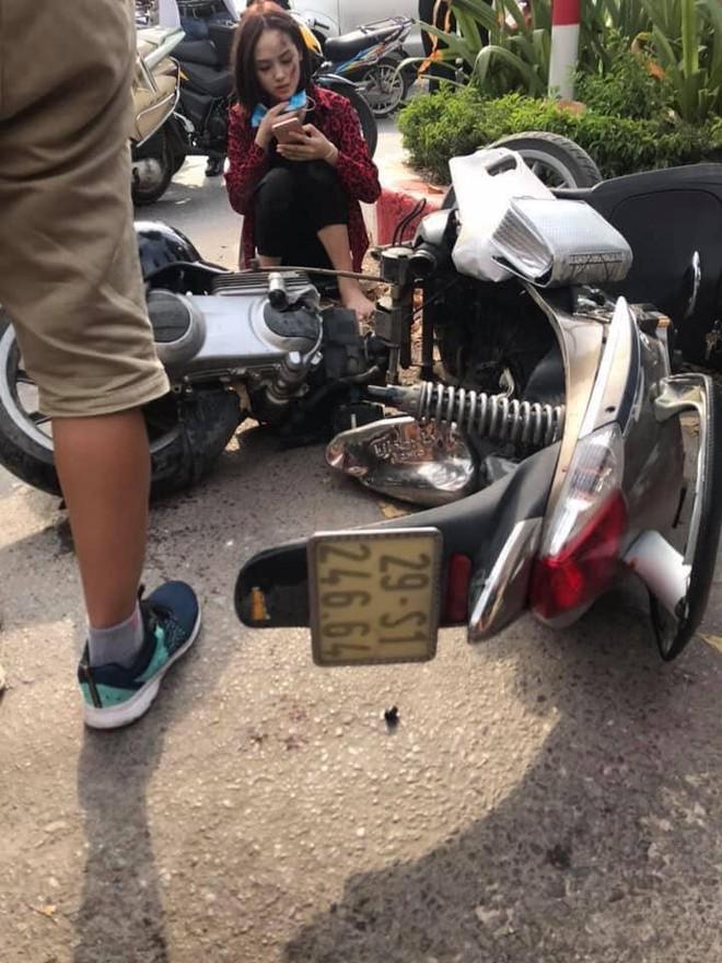 Mazda CX5 tông gãy đôi xe máy Liberty trên phố Hà Nội, 2 cô gái bị thương - Ảnh 2.