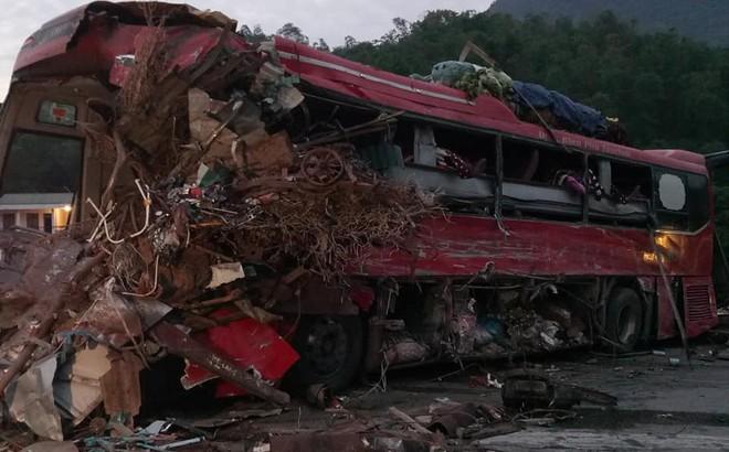 Xe khách nát đầu sau cú va chạm với xe tải, 3 người tử vong