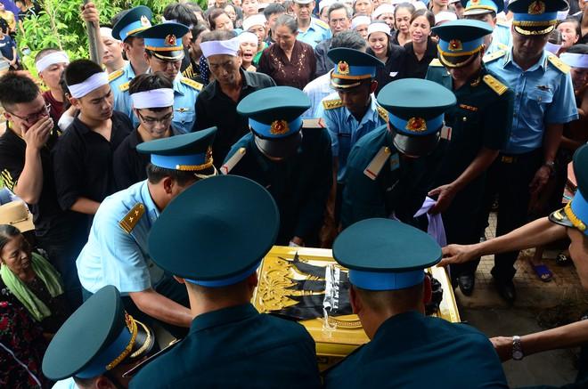 Đẫm nước mắt trong đám tang tiễn biệt Thiếu uý phi công hy sinh trong tai nạn rơi máy bay - Ảnh 3.