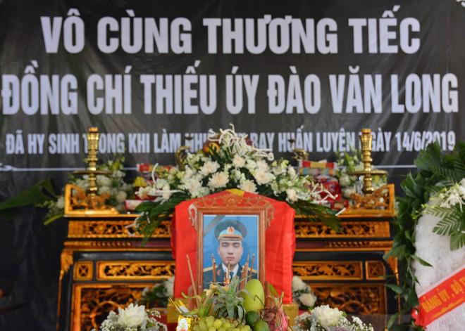 Đẫm nước mắt trong đám tang tiễn biệt Thiếu uý phi công hy sinh trong tai nạn rơi máy bay - Ảnh 1.