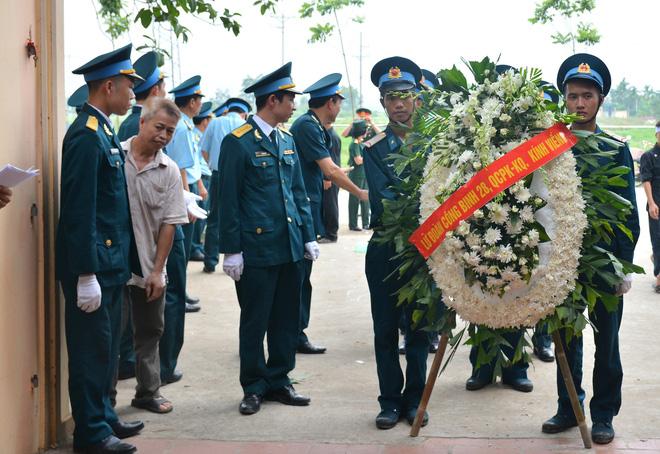 Đẫm nước mắt trong đám tang tiễn biệt Thiếu uý phi công hy sinh trong tai nạn rơi máy bay - Ảnh 5.